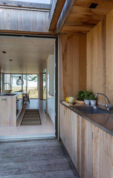 Sommerhuset ved havet: lys og lyng helt ind i stuen