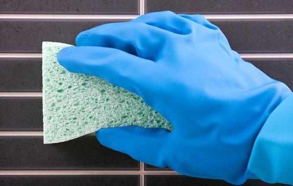 Hvordan fjerner du kalk på fliserne i badet?