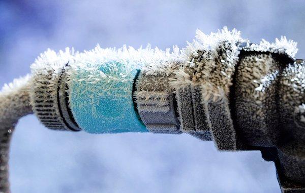 saadan undgaar du spraengte vand og varmeroer i kulden