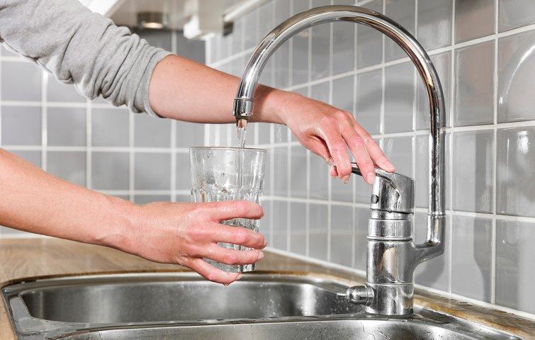 Du bør lade det kolde vand fra din vandhane løbe mindst 2-3 deciliter, før du bruger det til te, kaffe eller som drikkevand. Foto: Bigstock.com