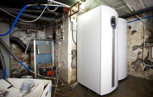 Varmepumpe og varmtvandsbeholder til jordvarme.