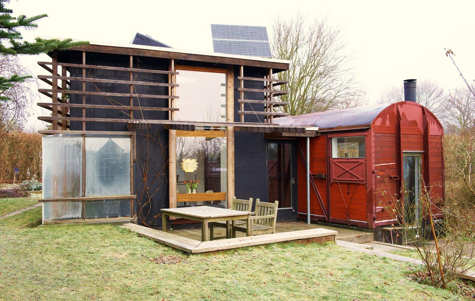 Familie byggede kolonihavehus af togvogns-skrot
