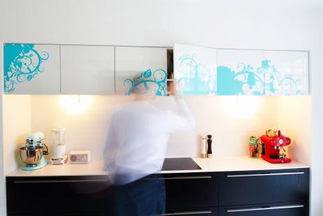 Køkken med klistermærker og lysende vandhane